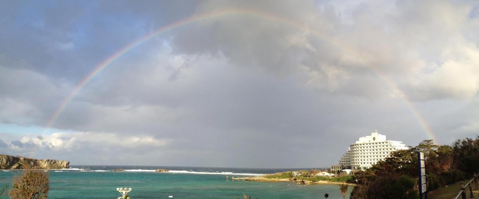 大きな半円を描く虹